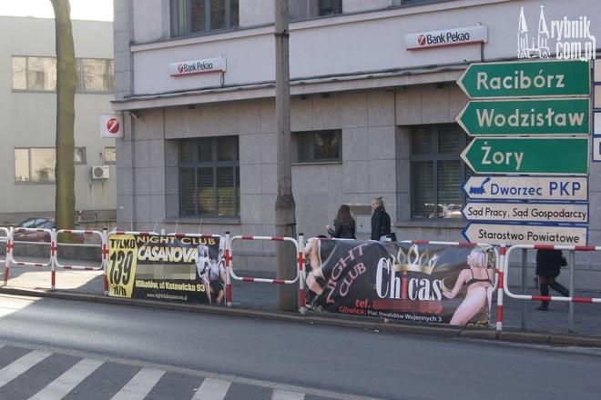 Banery wisiały na skrzyżowaniu ulic Chrobrego i 3 Maja