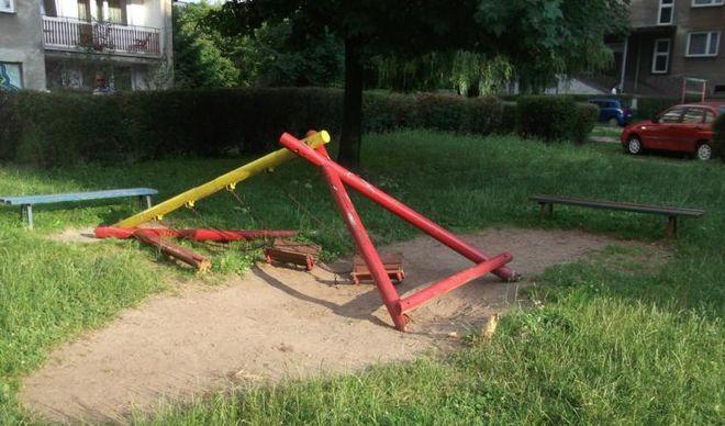 Każdy przypadek zniszczenia elementu placu zabaw zgłaszajmy do straży miejskiej