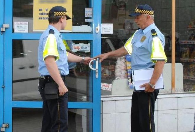 Strażnicy miejscy kontrolują placówki handlowe w naszym mieście
