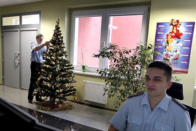 W czasie świąt w komendzie straży pożarnej choinka jest, ale funkcjonariusze czuwają na posterunku