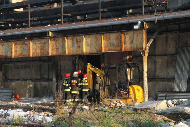 Wewnątrz budynku dalej trwa akcja Straży Pożarnej.