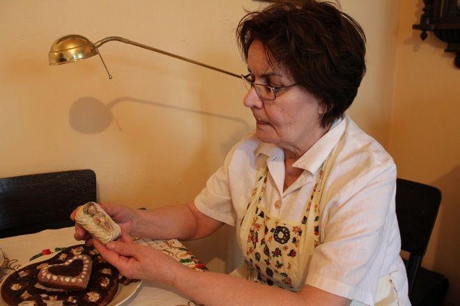 Kazimiera Drewniok na wigilijnym stole kładzie figurkę, którą otrzymała od swojej babci.