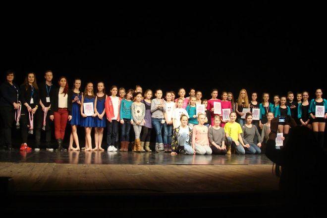 Przedstawiciele kategorii Zespoły Art Dance (12-15 lat) oraz sędziowie tuż po ogłoszeniu wyników i wręczeniu dyplomów