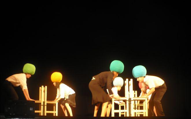 Młodzi aktorzy wykorzystywali na scenie dość nietypowe rekwizyty