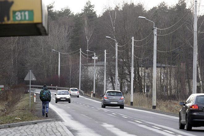 Mikołowską samochody jeżdżą z ogromną prędkością, w miejscach, gdzie nie ma chodnika dla pieszych jest bardzo niebezpiecznie.