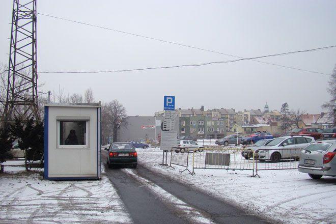 Wjeżdżając na parking przy ulicy Hallera, lepiej uważać, żeby nie uszkodzić sobie zawieszenia.