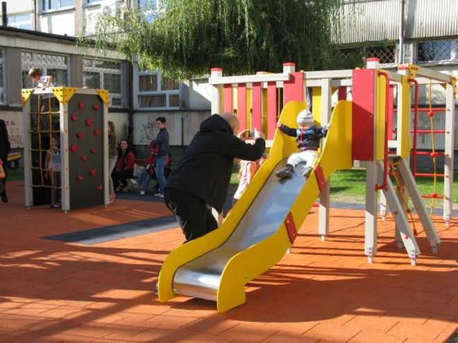 Plac zabaw w Zespole Szkolno - Przedszkolnym Nr 5 przy ul. Różańskiego.