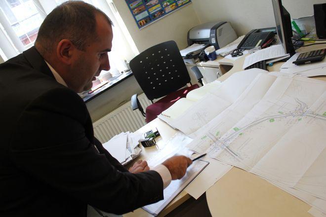 Naczelnik Wydziału Dróg UM, Jacek Hawel pokazuje którędy pobiegnie nowa droga.