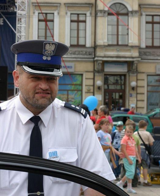 Komendant Sowula wsiada do samochodu jadącego w kierunku Gliwic