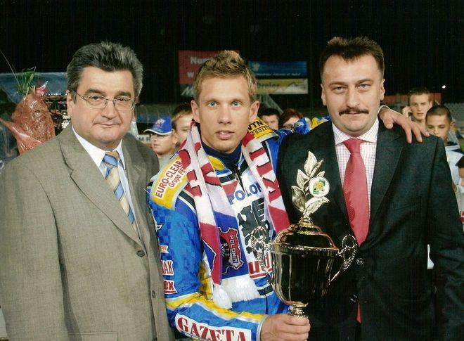 Krzysztof Mrozek (z prawej) powoli odkrywa karty