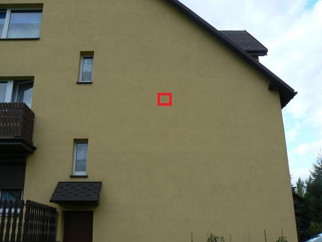 Jedna z dziur od kuli w budynku naprzeciwko domu, gdzie doszło do strzelaniny