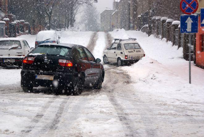 Warunki atmosferyczne nie sprzyjają kierowcom, dlatego należy pamiętać o zachowaniu szczególnej ostrożności